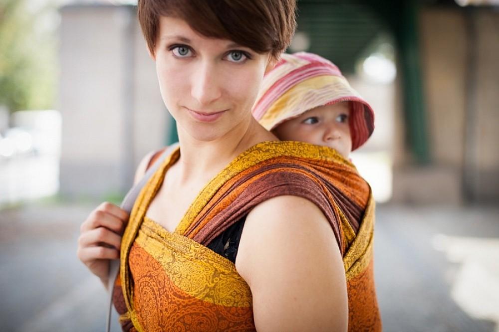 Слинг для недоношенного ребенка: выбор, правила ношения, противопоказания